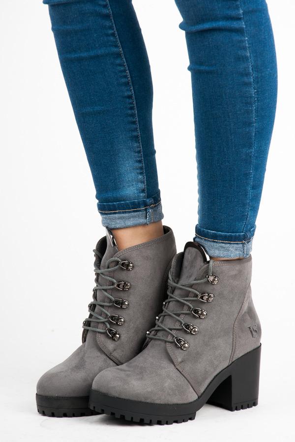 93cd56b05fb6 Semišové šedé členkové topánky s viazaním