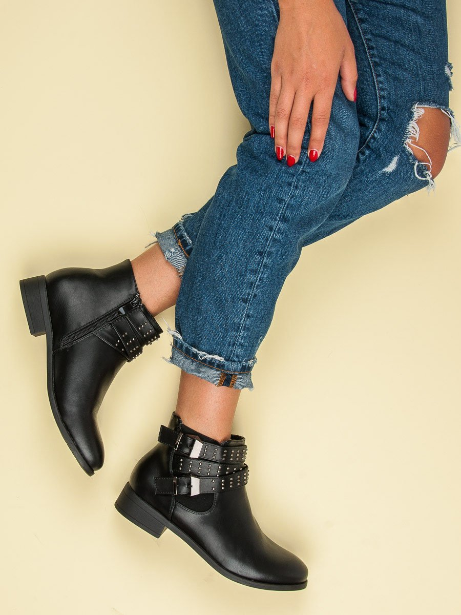 24f407272c Skvelé čierne členkové topánky s prackami