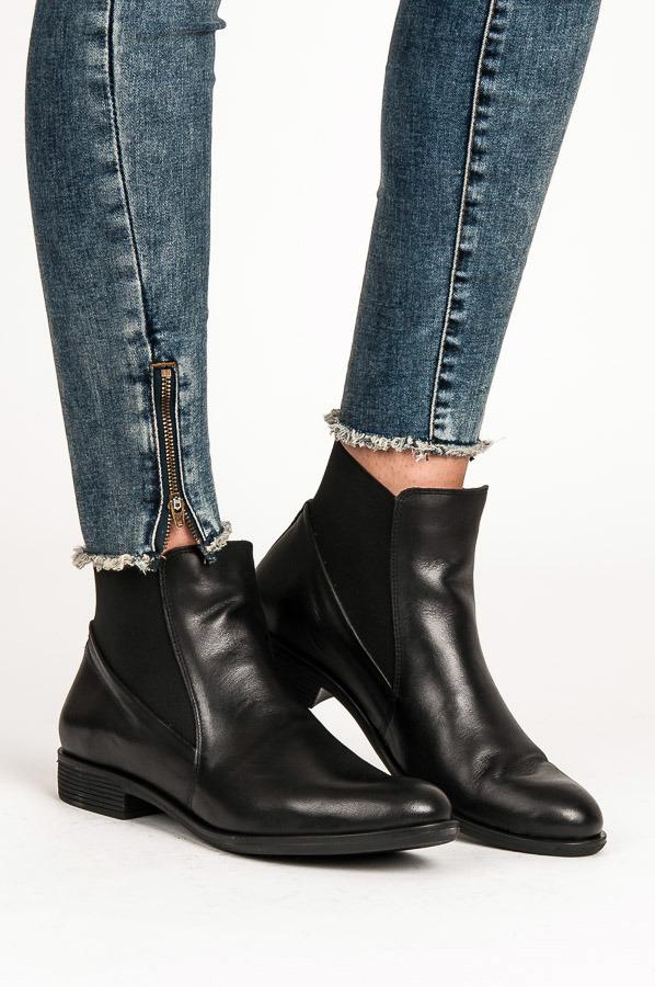 Čierne kožené nízke členkové topánky s elastickými vsadkami  e1153e3d0d9