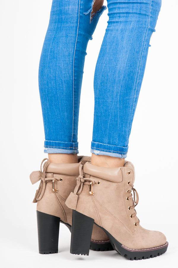 fca28d8e2c Dokonalé šnurovacie béžové členkové topánky na podpätku