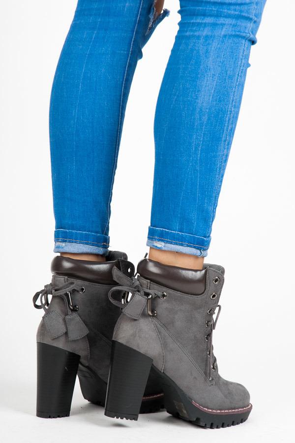 c19531f289 Dokonalé šnurovacie šedé členkové topánky na podpätku