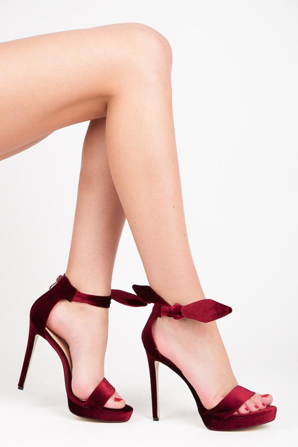 22ce915349 Elegantné červené sandálky na platforme s efektným viazaním