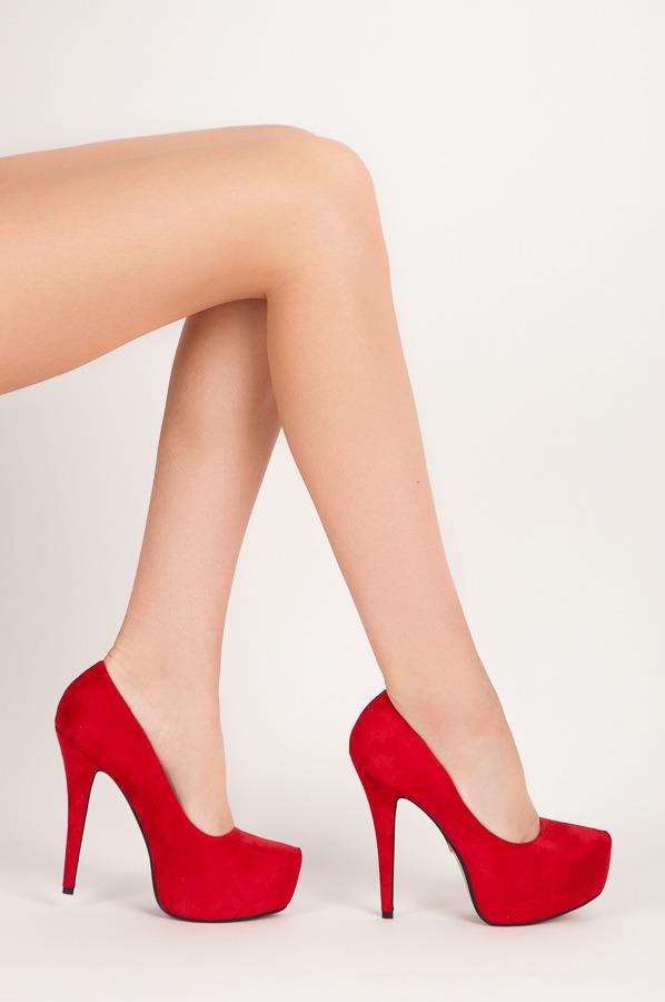 074337504a84 Elegantné červené semišové lodičky na vysokom ihlovom podpätku a platforme