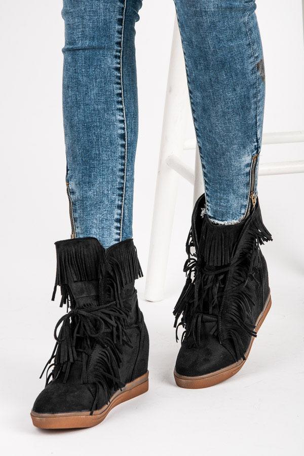 Elegantné čierne semišové členkové topánky so strapcami