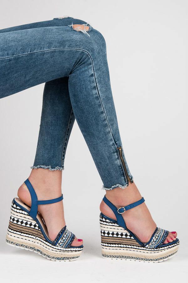 1716678e7b96 Etnické sandále s ozdobným klinom
