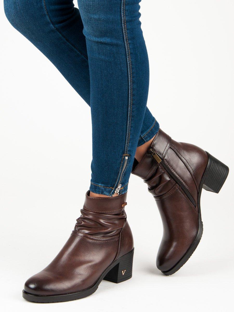 Hnedé členkové topánky na podpätku