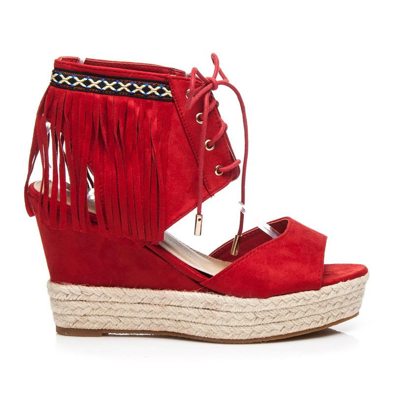 a1e330296f3d Krásne červené sandále na platforme s strapcami