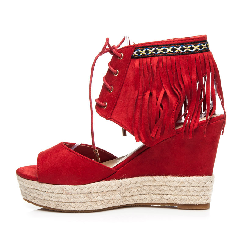 fcf24a0ce7d3 ... Krásne červené sandále na platforme s strapcami ...