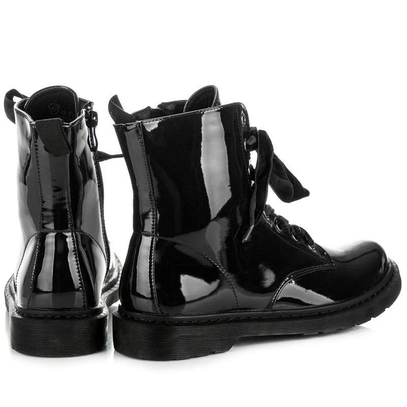 35242cb5b877 Moderné čierne lakované členkové topánky s viazaním na šnúrky ...