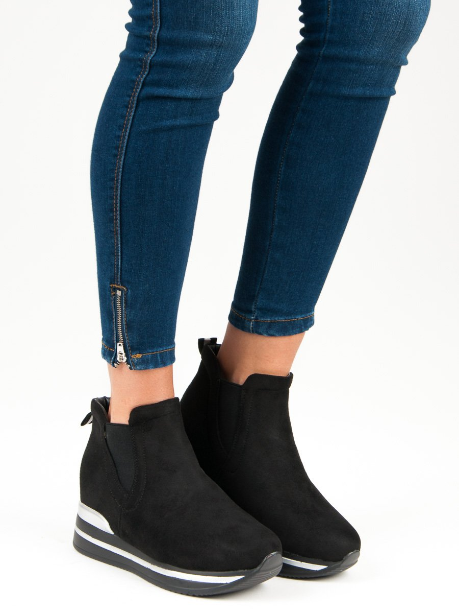 Moderné športové čierne topánky na platforme