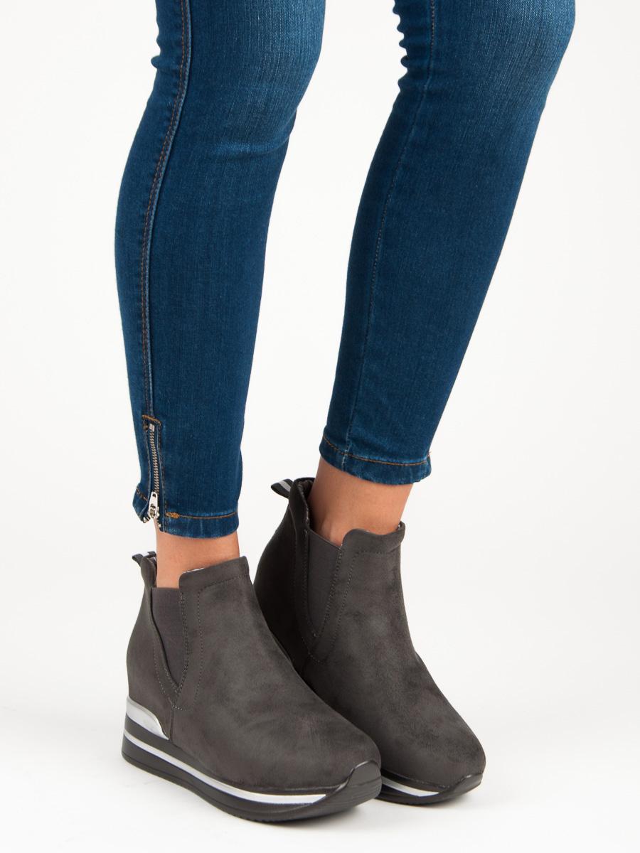 Moderné športové šedé topánky na platforme