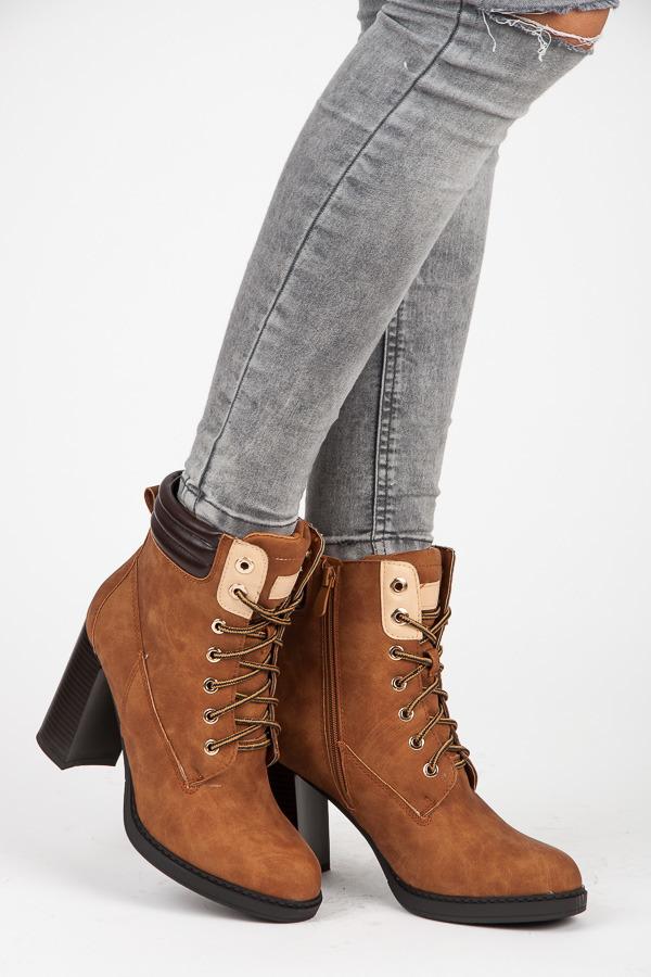 02b951e8826a Originálne hnedé členkové topánky na podpätku