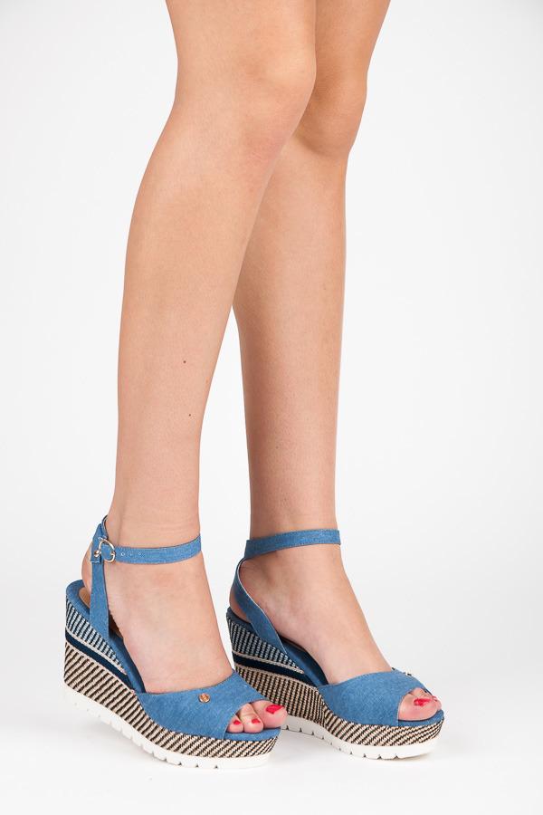b6be150a3568 Pohodlné modré sandále na kline so vzorom
