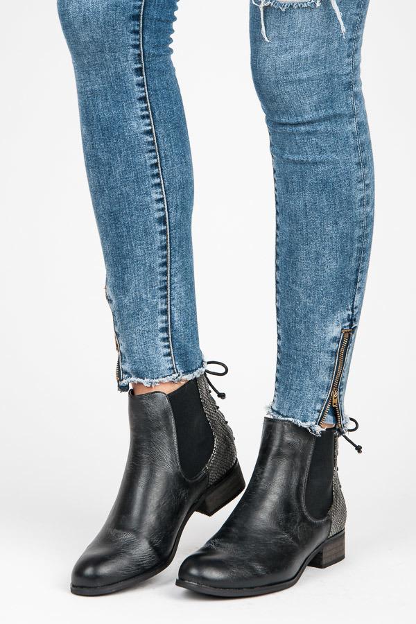 d66a9900232cc Prekrásne čierne členkové topánky so vzorom na pate | AMIATEX.sk