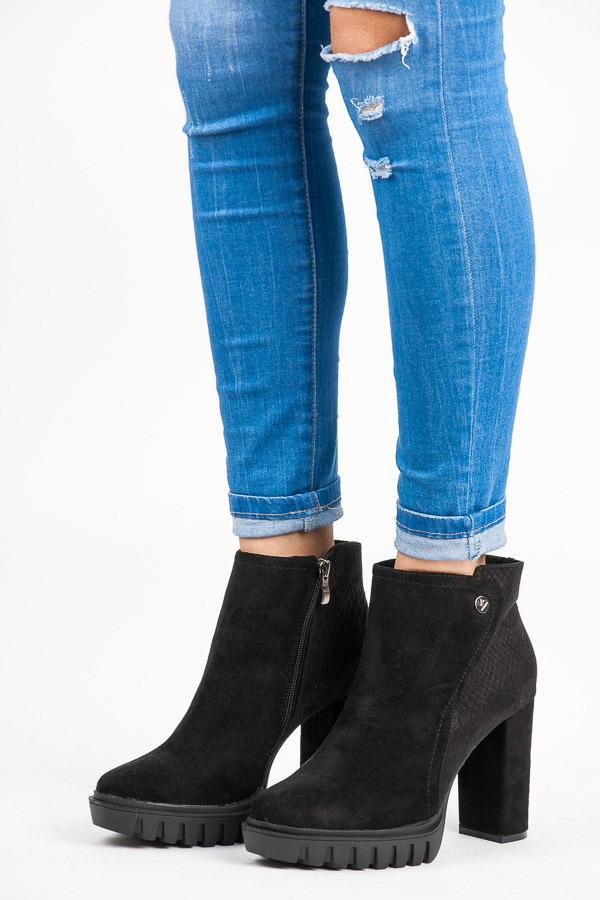 32dcef2417 Semišové čierne členkové topánky na platforme