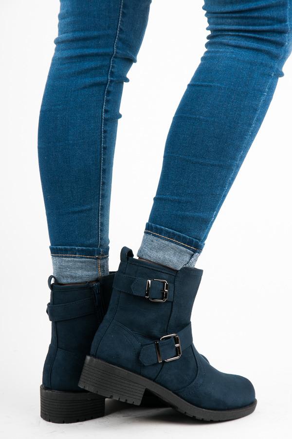 7e33259b63 Semišové čierne členkové topánky s prackou