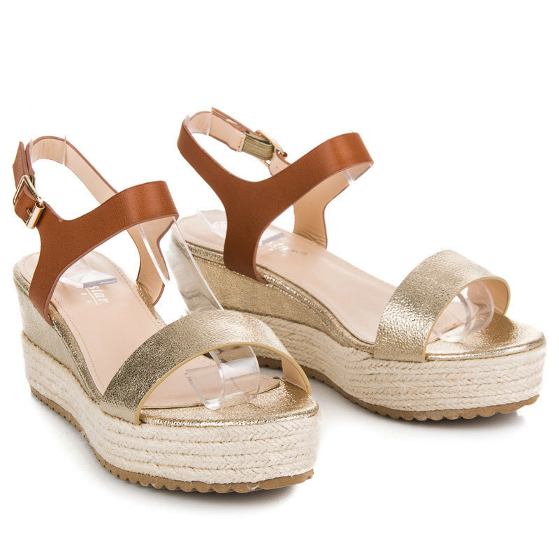 ... Slušivé zlaté sandále na vysokej platforme 0d815b8ebf3