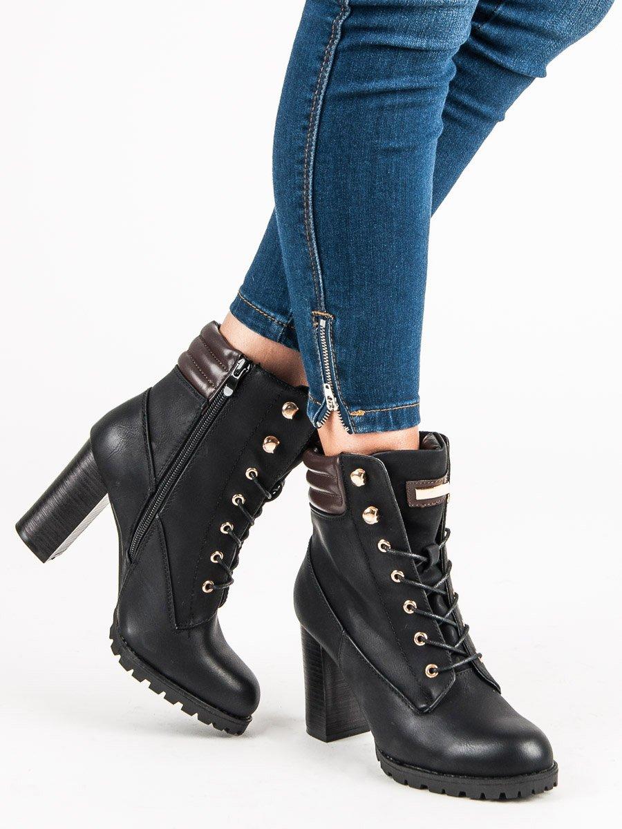 1cc09092e9b8 Šnurovacie čierne členkové topánky na podpätku