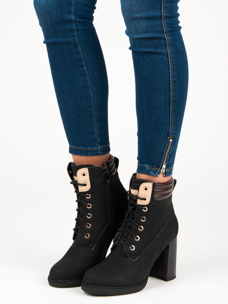 7e3039d619 Šnurovacie čierne členkové topánky na podpätku