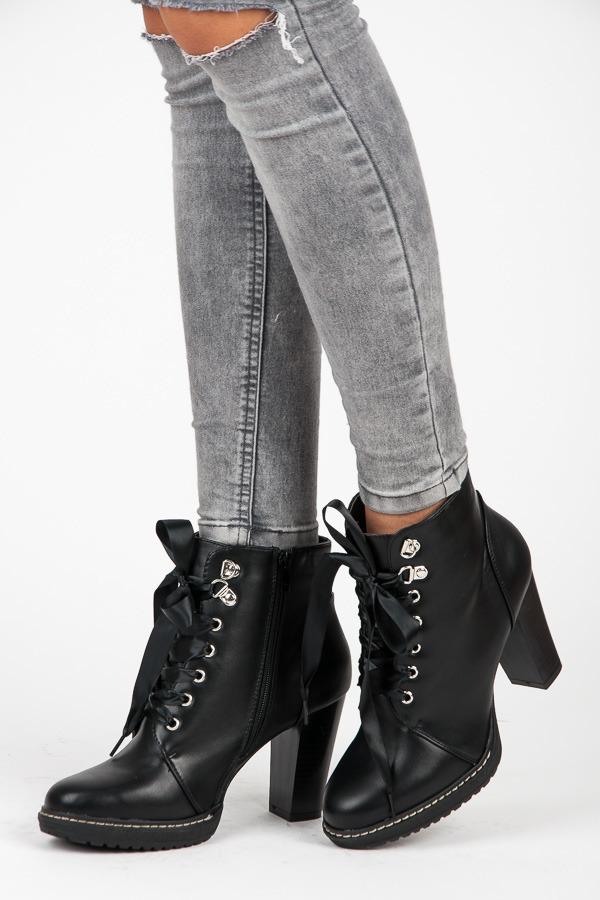 7b02eddd44 Šnurovacie čierne členkové topánky so saténovou stužkou
