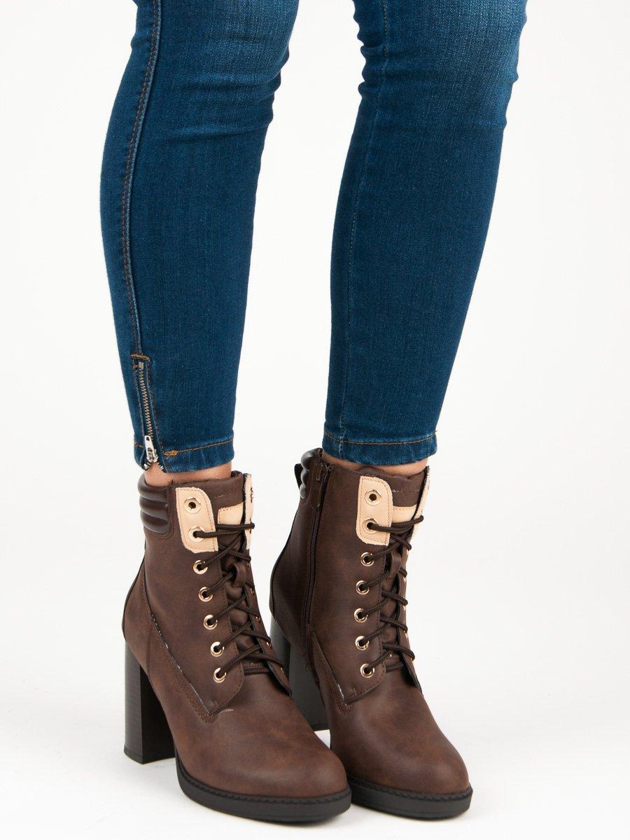 232454e48c Šnurovacie hnedé členkové topánky na podpätku