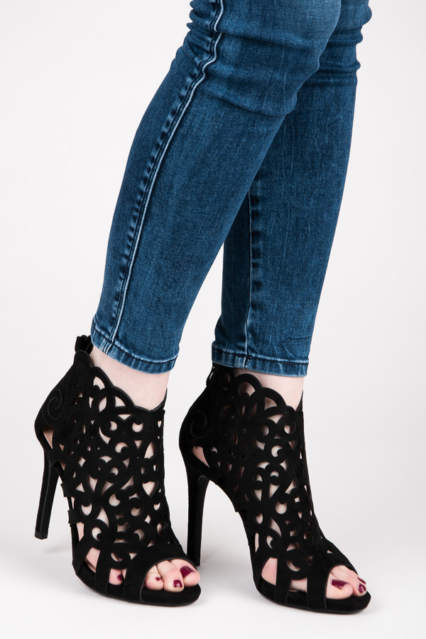 d3760d9ff938 Štýlové čierne ažúrové sandále na zips