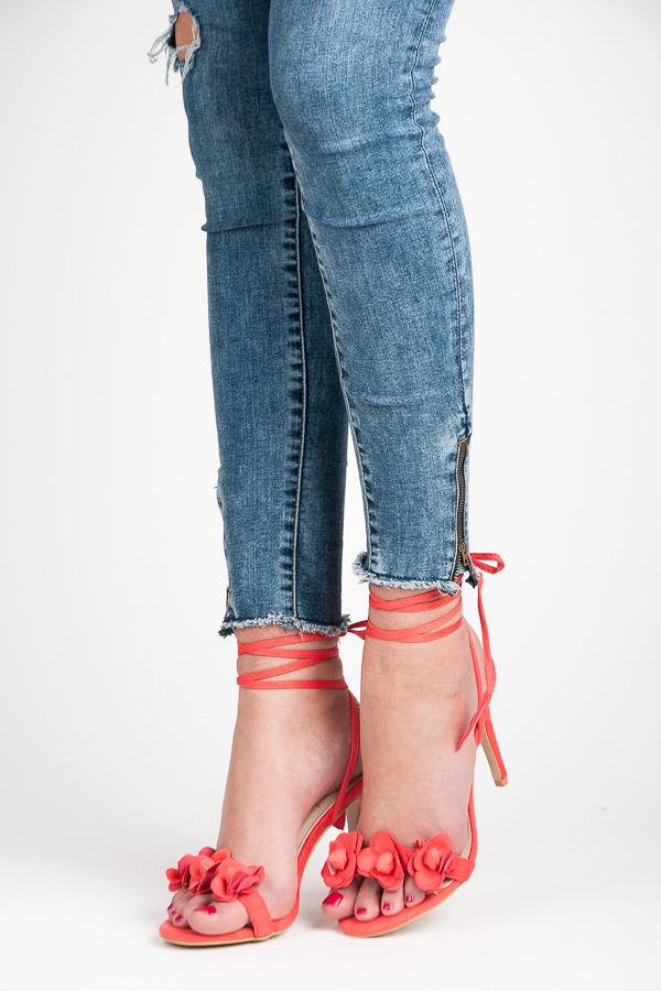 Viazané červené sandále s kvietkami