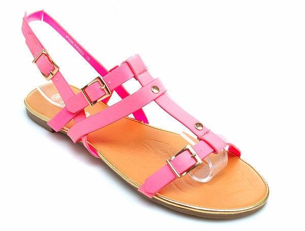 Vynikajúce ružové sandále na pláž