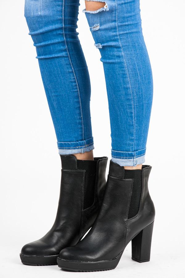 3b3a575bfb Vysoké čierne členkové topánky na platforme a podpätku