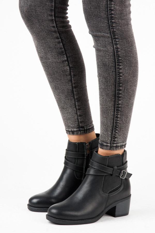1214ebfedcf5 Zateplené čierne členkové topánky na podpätku