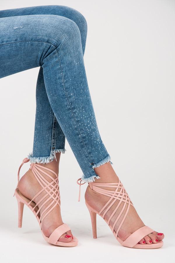 de8488fc63 Zaujímavé ružové sandálky s viazaním